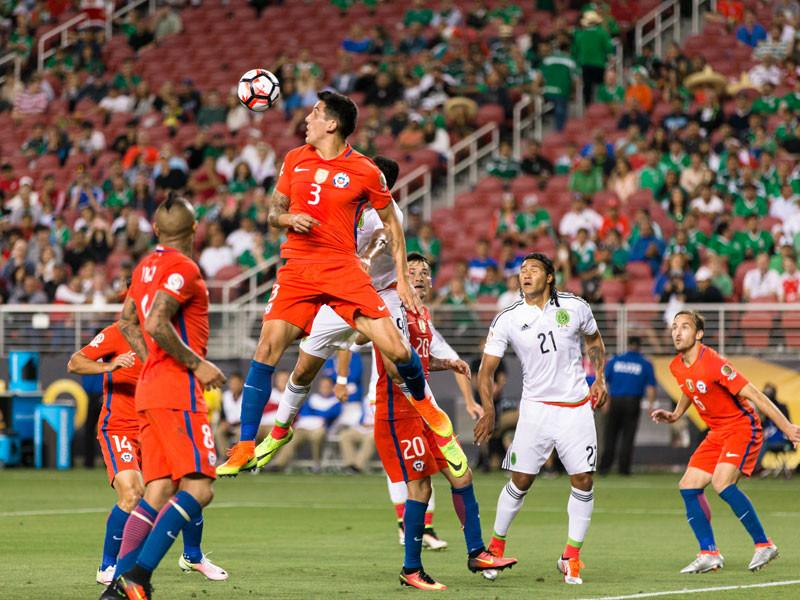 Сборная Чили по футболу со счетом 7:0 (2:0) разгромила команду Мексики в 1/4 финала проходящего в США Кубка Америки и вышла в полуфинал турнира