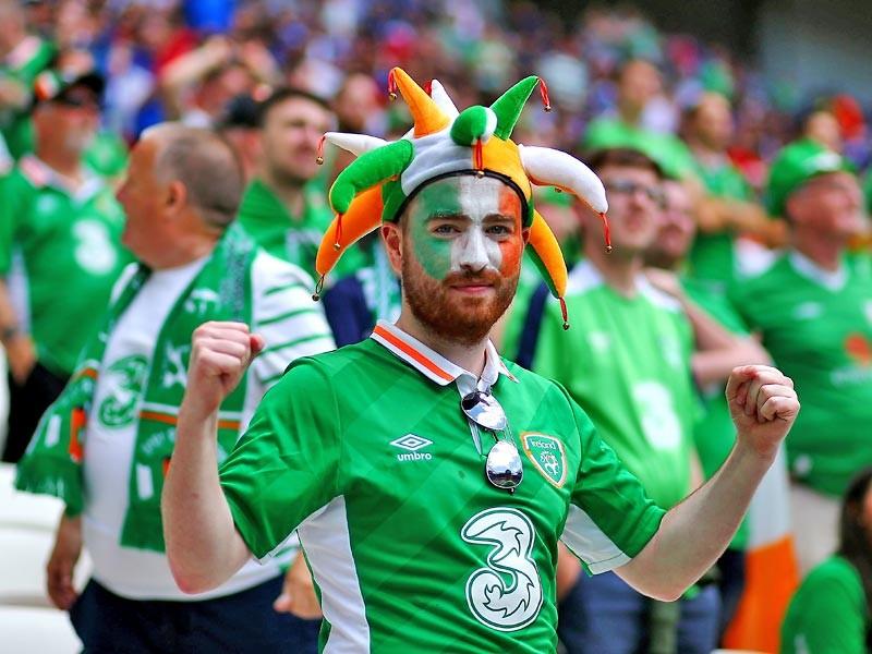 Болельщики сборной Ирландии по футболу получили от городских властей Парижа специальную медаль Гран Вермей в знак признания их образцового поведения. Ирландцы уступили французам (1:2) в 1/8 финала чемпионата Европы, но без награды их поклонники не остались