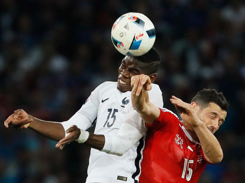 Сборные Франции и Швейцарии, сыграв вничью со счетом 0:0, вышли в плей-офф