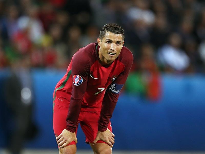 """Лидер мадридского """"Реала"""" и сборной Португалии по футболу Криштиану Роналду после игры против сборной Исландии посетовал на слишком бурную радость соперника и заявил, что островитяне обладают ограниченным менталитетом и на этом турнире ничего не добьются"""