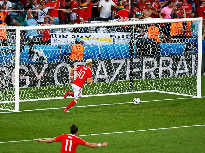 Очередная ошибка стоила россиянам еще одного гола. Великолепную комбинацию с участием Рэмзи и Бейла завершил крайний защитник валлийцев Нил Тейлор