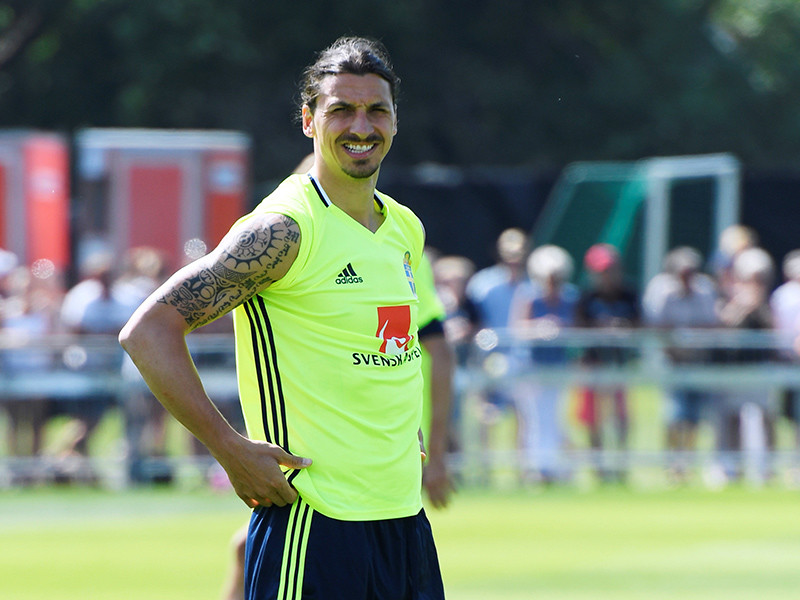 """Английский футбольный клуб """"Манчестер Юнайтед"""" в пятницу объявил о подписании контракта со шведским нападающим Златаном Ибрагимовичем"""