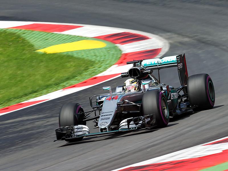 """Британский гонщик команды """"Мерседес"""" Льис Хэмилтон показал лучшее время в квалификации девятого этапа чемпионата мира по автогонкам в классе машин """"Формула-1"""" Гран-при Австрии"""