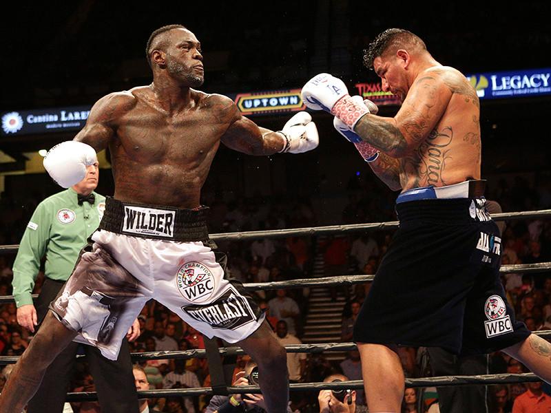 В субботу Уайлдер уверенно защитил титул WBC, победив Арреолу техническим нокаутом в восьмом раунде. После боя Уйлдер рассказал, что у него сломана правая рука, а также порваны мышцы правого бицепс
