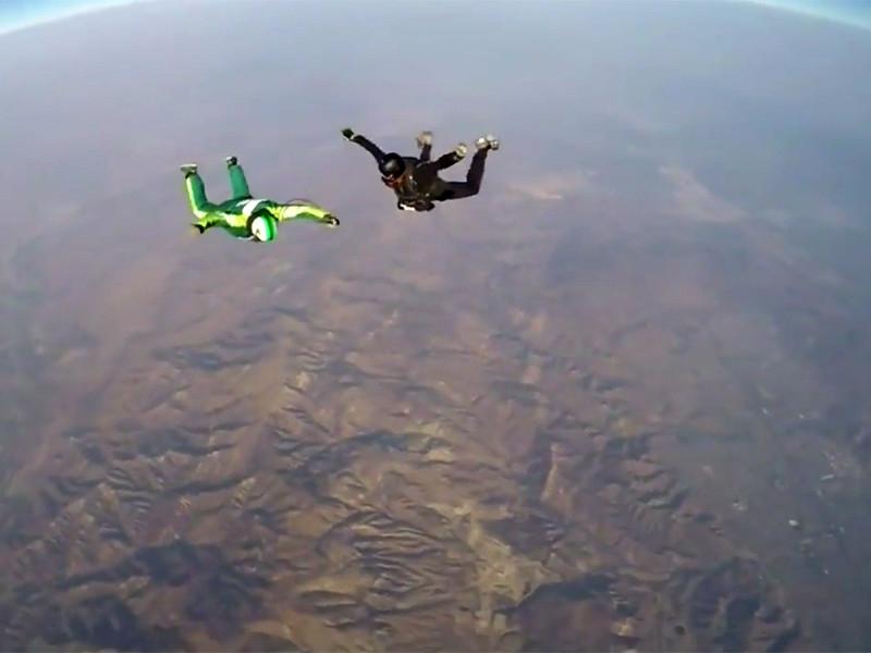 Американский экстремал Люк Айкинс с высоты 7,6 километра выпрыгнул без парашюта из легкомоторного самолета над городом Сими-Вэлли (штат Калифорния)