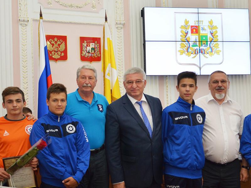 Глава администрации Ставрополя Андрей Джатдоев, наградил юных футболистов, участвовавших в драке на турнире в Норвегии