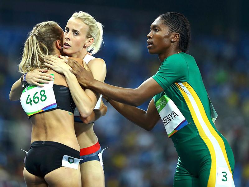 Британка Линси Шарп (на фото в центре), ставшая шестой в беге на 800 метров на Олимпийских играх в Рио-де-Жанейро, подвергла критике Международную ассоциацию легкоатлетических федераций за допуск в соревнованиях Кастер Семени (на фото справа) из ЮАР