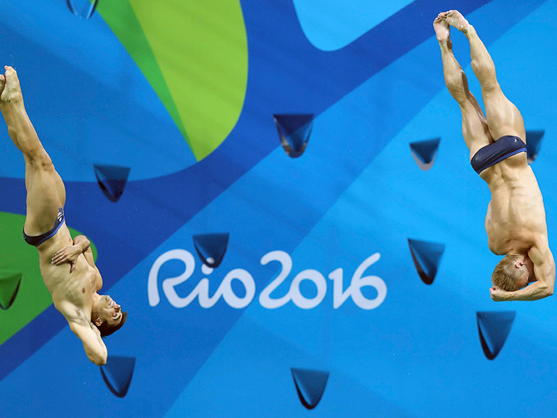 Британцы Джек Ло и Крис Мирс завоевали золотую олимпийскую медаль в синхронных прыжках в воду с трехметрового трамплина, набрав 454,32 балла по сумме шести попыток