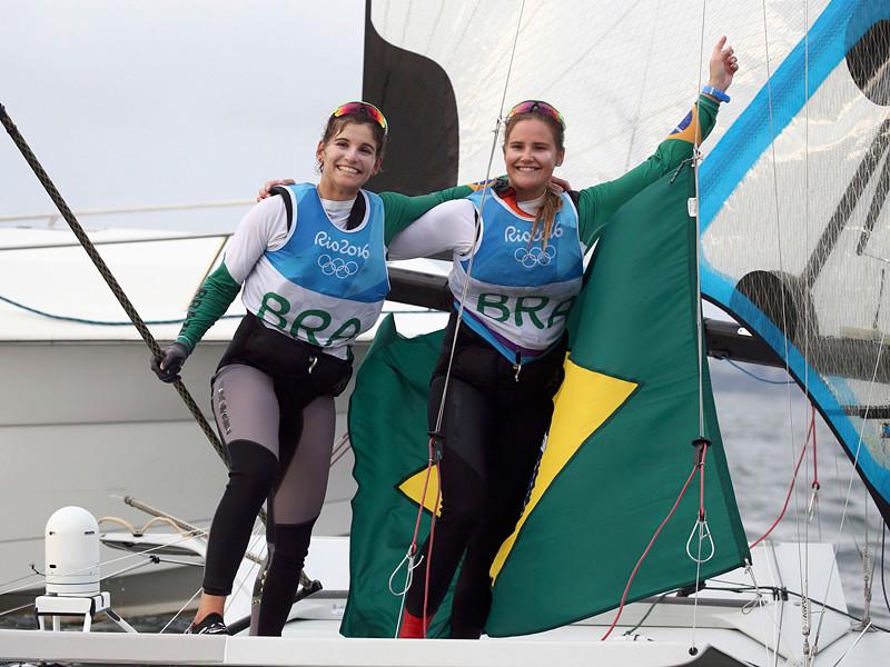 """В четверг в бухте Рио-де-Жанейро состоялись сразу четыре медальные гонки в рамках олимпийской парусной регаты, включая две, перенесенные со среды. Награды были разыграны в классах """"49"""" и """"470"""" среди мужских и женских экипажей"""