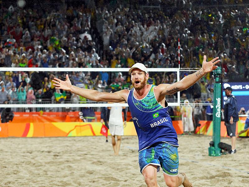 Действующие чемпионы мира бразильцы Алисон и Бруно Шмидт завоевали золото Олимпийских игр в Рио-де-Жанейро по пляжному волейболу