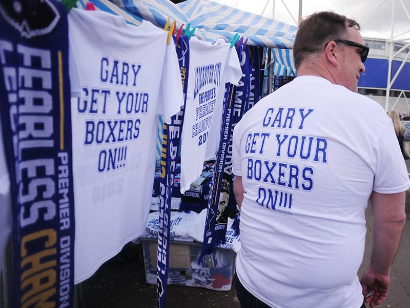 """Гарри дал слово, что проведет именно в такой форме одежды первую программу следующего сезона об английской Премьер-лиге, если его родной клуб """"Лестер Сити"""", который изначально относили к числу главных аутсайдеров, станет чемпионом"""