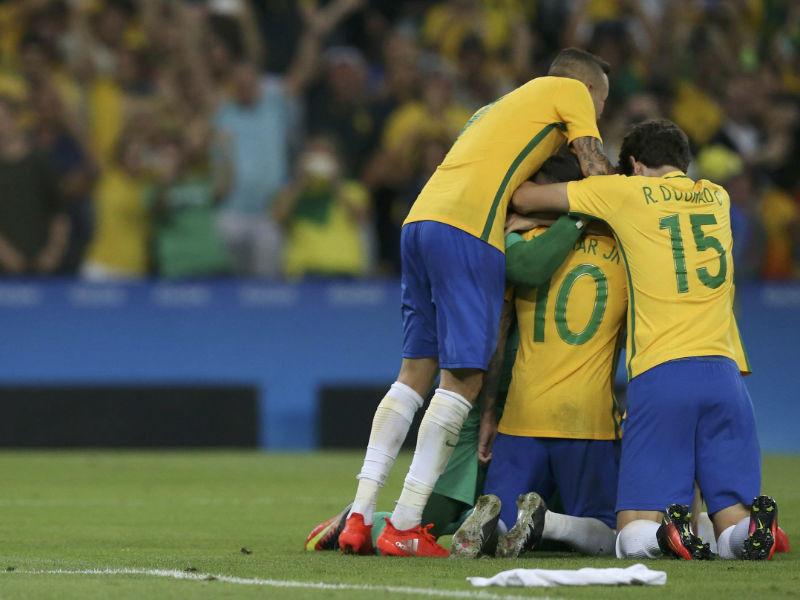 Мужская сборная Бразилии по футболу впервые в истории стала чемпионом Олимпийских игр, обыграв в финале команду Германии