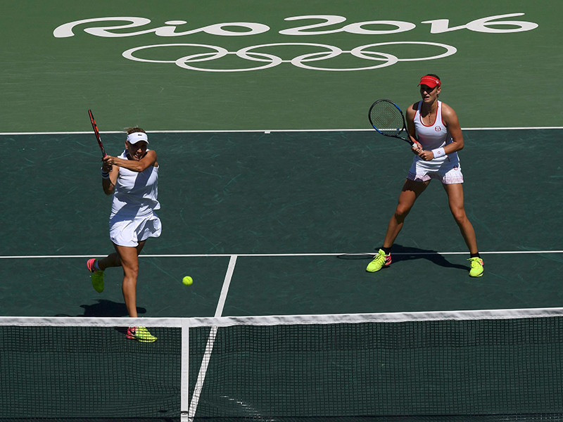 Российские теннисистки Екатерина Макарова и Елена Веснина в финале парного олимпийского турнира переиграли швейцарский дуэт Тимя Бачински - Мартина Хингис в двух партиях - 6:4, 6:4.