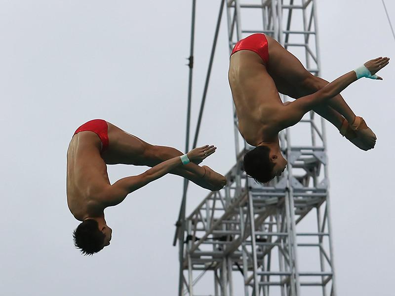 Китайские спортсмены Чэнь Айсэнь и Линь Юэ завоевали золотые медали олимпийского турнира в синхронных прыжках в воду