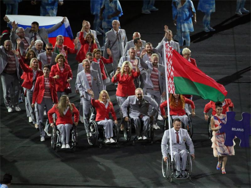Белорусские паралимпийцы пронесли флаг России на открытии Игр в Рио