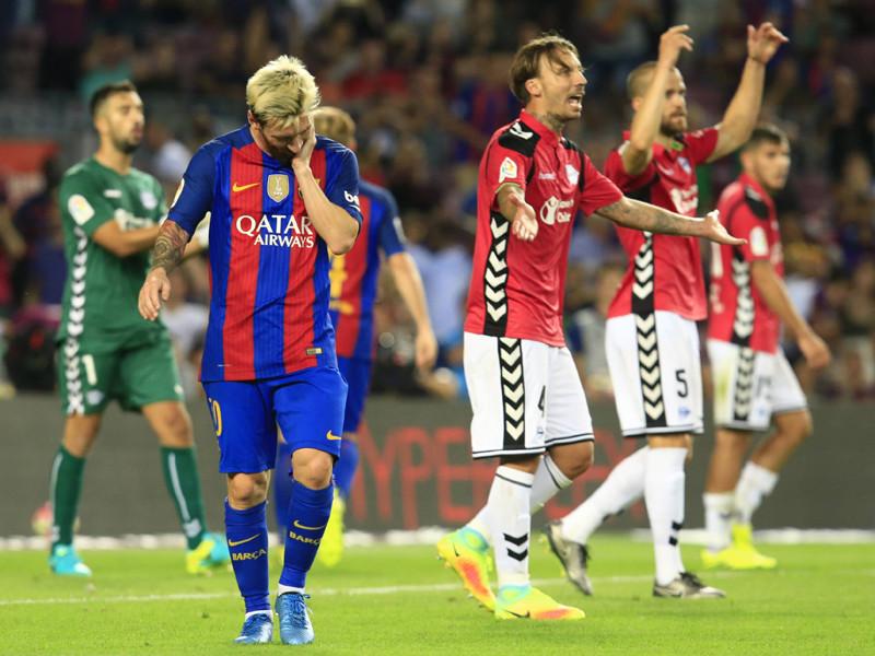 """В матче третьего тура чемпионат Испании по футболу """"Барселона"""" достаточно неожиданно уступила на своем поле """"Алавесу"""", потерпев первое поражение в рамках национальных чемпионатов с апреля 2016 года"""