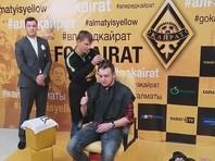 Андрей Аршавин побрил налысо проспорившего ему казахстанского журналиста