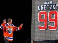 Лучший снайпер и бомбардир в истории НХЛ появился на льду спустя 13 лет, но очков не набрал