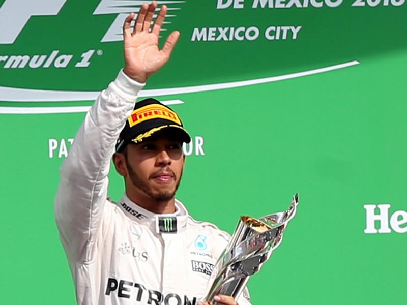 """Британец Льюис Хэмилтон из команды Mercedes стал победителем 19-го этапа чемпионата мира по автогонкам в классе """"Формула-1"""" - Гран-при Мексики. Он одержал восьмую победу в сезоне и 51-ю в карьере, сравнявшись по этому показателю с Аленом Простом"""