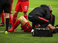 После брошенной на поле петарды Левандовски оказали помощь, затем нападающий забил два мяча
