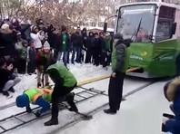 Иркутянка в 20-градусный мороз протащила несколько метров два вагона (ВИДЕО)