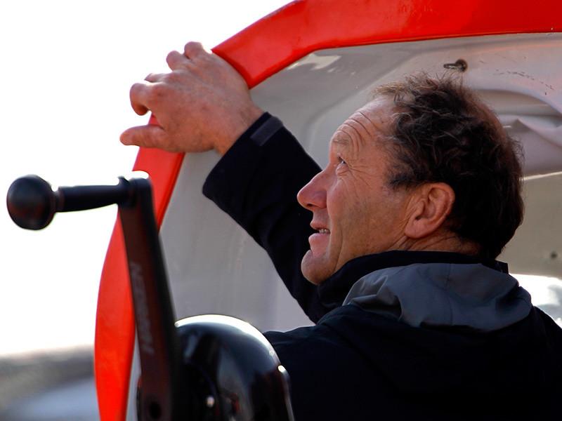 Интернациональная команда на парусном тримаране IDEC Sport во главе со 60-летним французским шкипером Франсисом Жойоном установила абсолютный мировой рекорд кругосветного плавания, обогнув земной шар за 40 дней