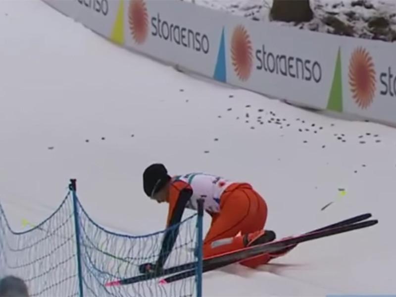 """На старте забега """"горе-спортсмен"""" совершил целый ряд комичных падений, после чего сломал лыжную палку и снялся с дистанции на отметке 6,1 км (на тот момент его отставание от лидера забега составляло около 38 минут)"""