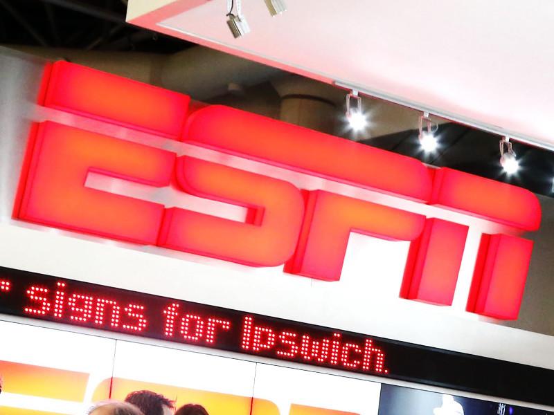 Американский комментатор Дуг Адлер подал в суд на телеканал ESPN, уволивший его за расистское высказывание в адрес теннисистки Винус Уильямс. Адлер требует компенсации, поскольку после этой истории его отказываются принимать на работу