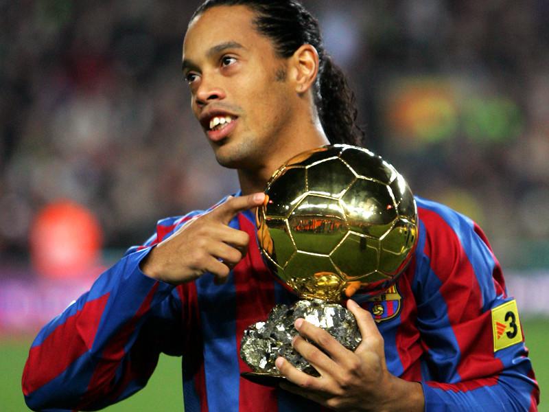 """Роналдинью в составе """"Барселоны"""" в 2005 году стал обладателем приза """"Золотой мяч"""", который тогда вручался лучшему футболисту Европы"""