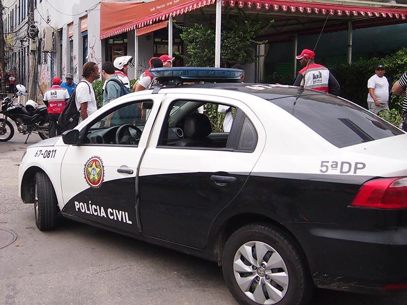 Бывший бразильский вратарь Эдиньо, который является сыном легендарного футболиста Пеле, в пятницу явился в полицейский участок в городе Сантос, чтобы во исполнение судебного решения начать отбывать тюремный срок по делу об отмывании денег