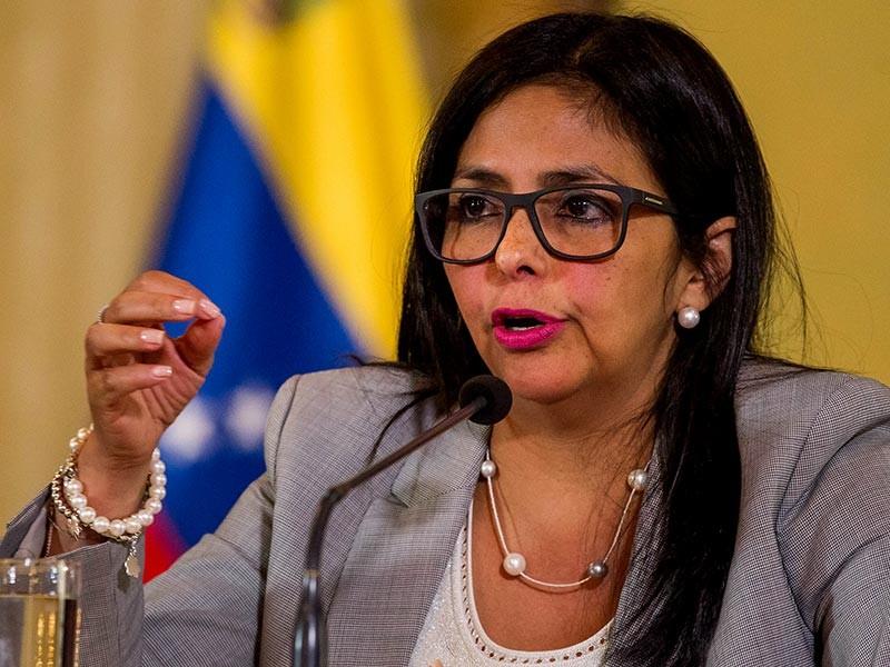 """Министр иностранных дел Венесуэлы Дельси Родригес вызвала для объяснений посла Франции в Каракасе после инцидента с задержанием в аэропорту Парижа венесуэльского лыжника Адриана Солано. Каракас рассматривает произошедшее как """"абсолютно неприемлемый"""" случай"""