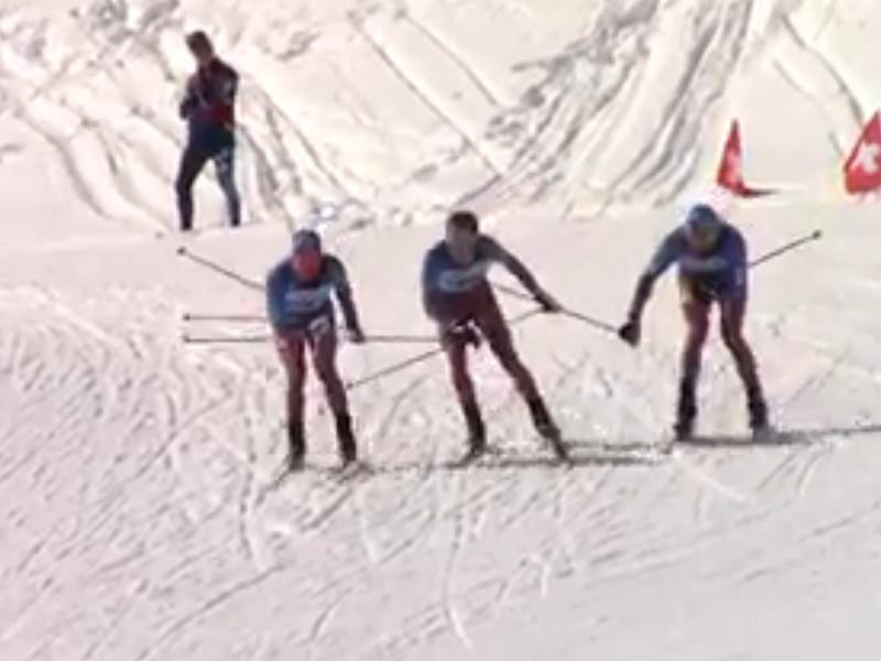 В мужском скиатлоне - комбинированной гонке на 30 километров со сменой лыж - россияне намного опередили всех соперников решили подурачиться. Они взялись за руки, чтобы одновременно пересечь финишную черту