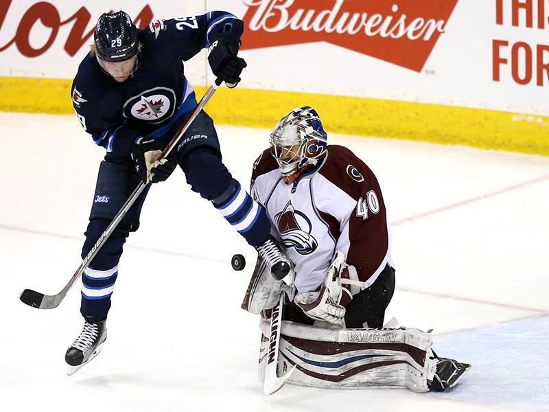 """Во время разбора эпизода матча НХЛ между """"Виннипегом"""" и """"Колорадо"""", завершившегося со счетом 6:1 в пользу канадского клуба, на интерактивной доске """"знаток хоккея"""" увлекся и нарисовал извергающийся мужской орган"""