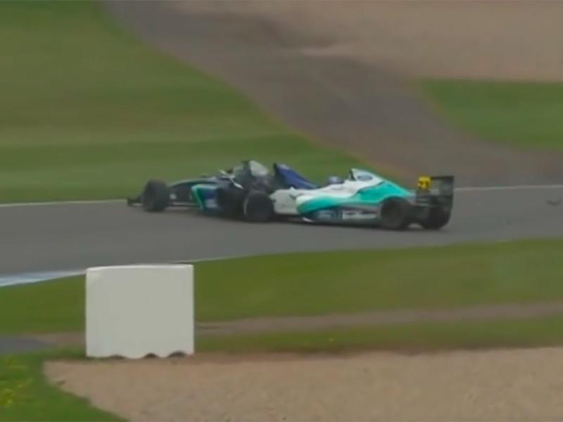 """В минувшие выходные в Великобритании в гонке """"Формулы-4"""" на трассе Донингтон-парк в тяжелейшую аварию попал 17-летний британский пилот команды JHR Developments Билли Монгер"""