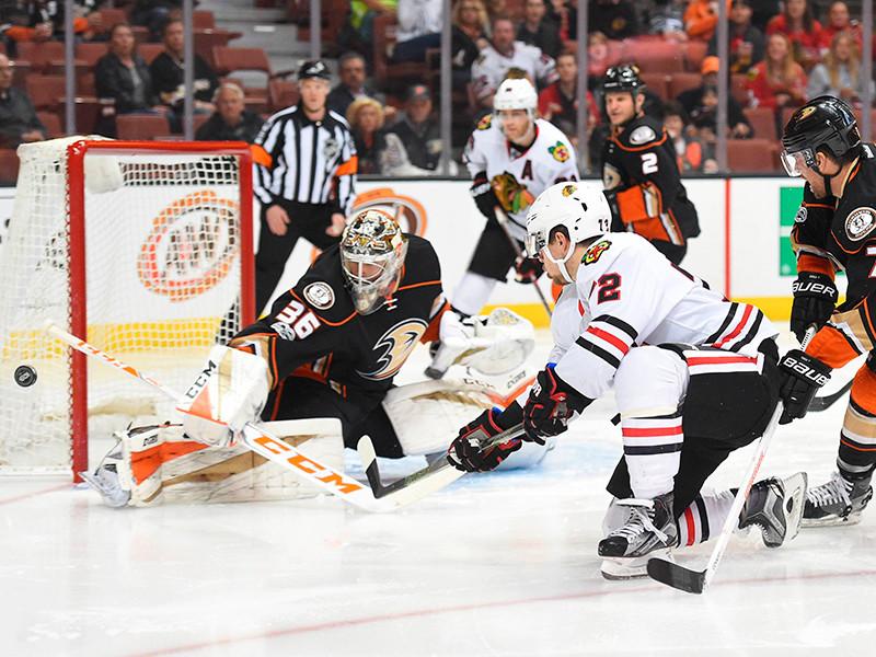"""В матче регулярного чемпионата НХЛ """"Лос-Анджелес"""" на своем льду со счетом 3:2 (в овертайме) обыграл """"Чикаго"""", в составе которого одной заброшенной шайбой отметился нападающий Артемий Панарин"""