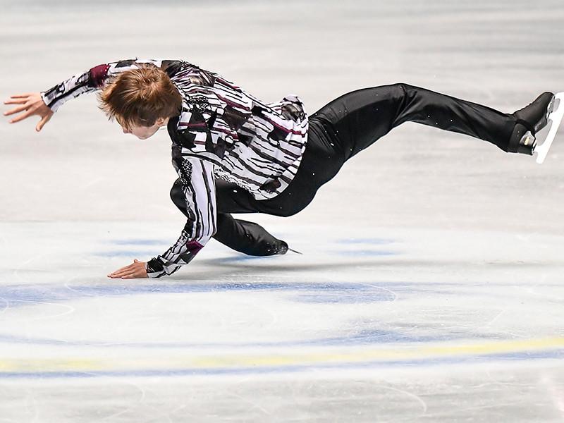 Сборная России по фигурному катанию завершила второй день командного чемпионата мира в Токио на третьем месте, потеряв лидирующую позицию после выступления мужчин-одиночников