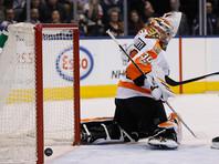 """Вратарь """"Филадельфии"""" во время матча НХЛ потерял сознание, его увезли на носилках (ВИДЕО)"""