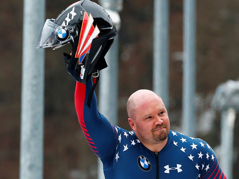 Олимпийский чемпион 2010 года по бобслею американец Стивен Холкомб найден мертвым в своей комнате в Центре олимпийской подготовки сборной США в Лейк- Плэсиде