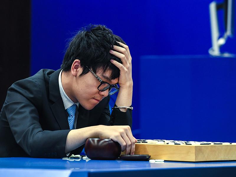 Китаец Кэ Цзе проиграл третий матч компьютерной программе AlphaGo, которая разработана компанией Google DeepMind. В предыдущих двух играх победа также досталась искусственному интеллекту