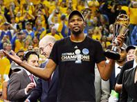 """Клуб """"Голден Стэйт Уорриорз"""" во второй раз за три года и в пятый раз в истории стал чемпионом Национальной баскетбольной ассоциации (НБА), одолев на своем паркете в пятом матче финальной серии плей-офф соперников из """"Кливленд Кавальерс"""""""
