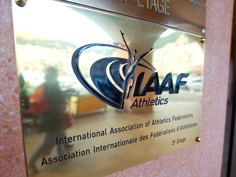 """IAAF объявила """"неуместной"""" демонстрацию атлетами цветов российского триколора"""