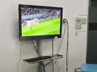 В Чили хирургов поймали за просмотром футбола во время операции