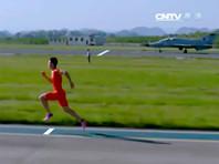 Китайский спринтер обогнал на 100-метровке разгоняющийся самолет
