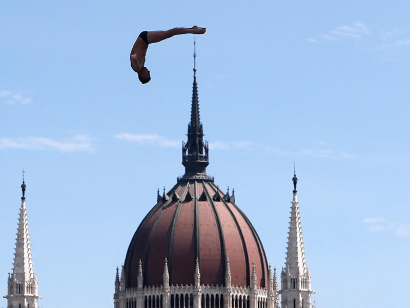 Россиянин Артем Сильченко, проваливший выступление на чемпионате мира по водным видам спорта в Будапеште, заявил, что собирается остаться в хайдайвинге (прыжки в воду с 27-метровой платформы) как минимум до 2019 года