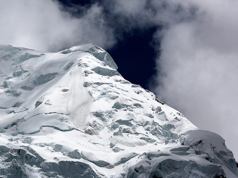 Российский альпинист Валерий Розов стал первым человеком в истории, совершившим бейс-прыжок с вершины горы Уаскаран в Перу, высота которой составляет 6768 метров над уровнем моря
