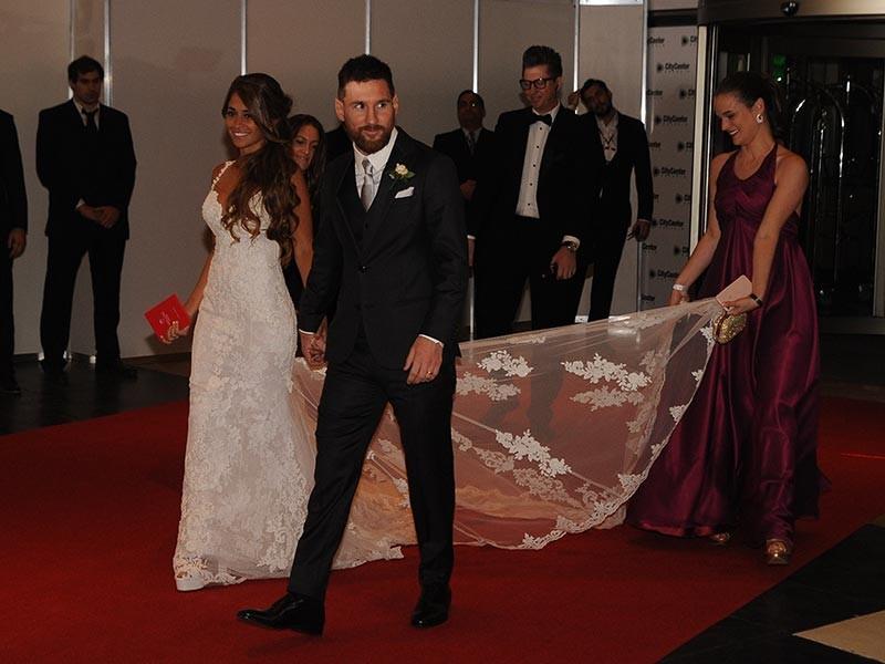 """Звезда мирового футбола Лионель Месси женился в пятницу вечером. На свадьбе в аргентинском городе Росарио присутствовали около 250 гостей, среди которых были его одноклубники по испанской """"Барселоне"""""""