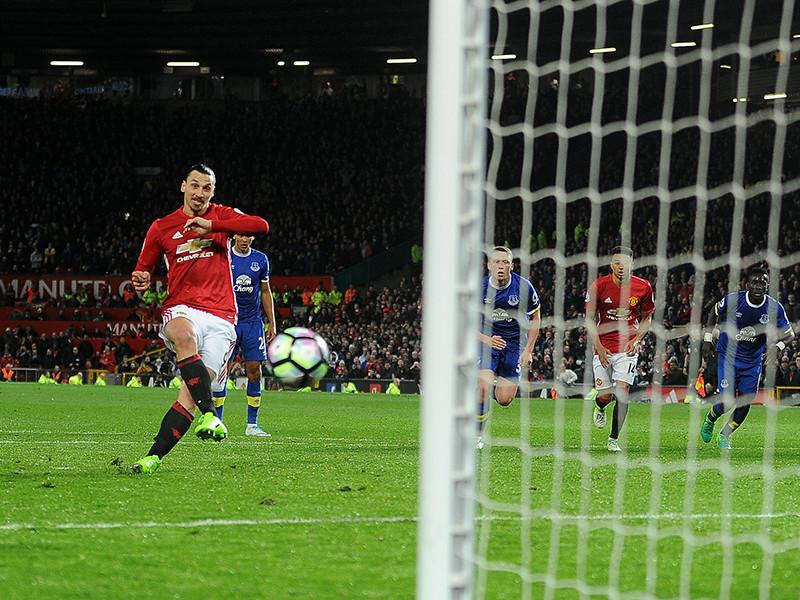 """Английский футбольный клуб """"Манчестер Юнайтед"""" начал переговоры о подписании контракта со шведским нападающим Златаном Ибрагимовичем, восстанавливающимся после тяжелой травмы колена"""