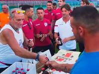 """Футболисты """"Кальяри"""" угостили пивом рабочих, которые построили им стадион за 124 дня (ВИДЕО)"""