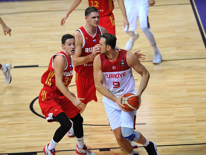 Баскетболисты сборной России стартовали с победы над командой Турции в групповом этапе чемпионата Европы-2017. Встреча группы D, состоявшаяся в Стамбуле, завершилась со счетом 76:73 (20:15, 16:18, 19:18, 21:22) в пользу российской команды
