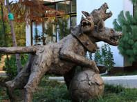 Перед ЧМ-2018 Сочи украсили скульптурой адского Цербера с футбольным мячом